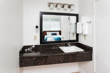 Surfrider Resort - Guest Bathroom