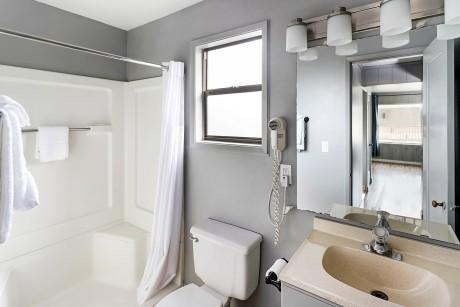 Surfrider Resort - Guest Bathroom